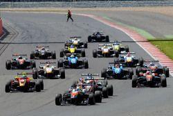 Витор Батиста, RP Motorsport, лидирует на старте