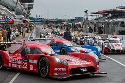 Nissan Motorsports: Alex Buncombe viendo el comienzo de la Práctica del miércoles con otros pilotos