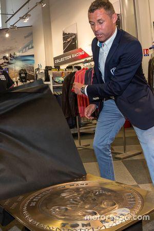 Tom Kristensen devela su mano y pie en una placa impresa