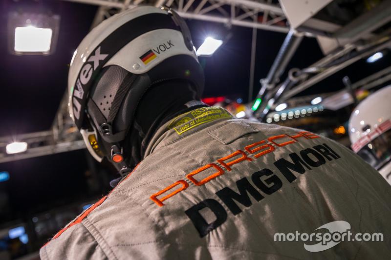 Team Porsche pit crew