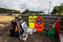 Banderas y letreros de los comisarios de pista
