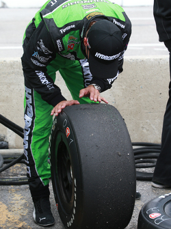 Sebastien Bourdais, KVSH Racing, überprüft seinen Reifenverschleiß