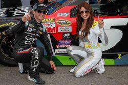 Ganador de la pole Kasey Kahne, Hendrick Motorsports Chevrolet con la señorita Coors Light