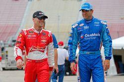 Kevin Harvick, JR Motorsports Chevrolet ve Elliott Sadler, Roush Fenway Racing Ford