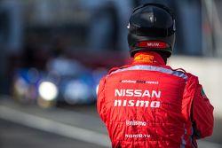 Механик команды Nissan