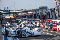 Mobil-mobil berbaris untuk pemanasan hari Sabtu