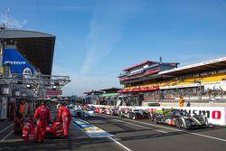 Los autos se alinean en el pit lane para el calentamiento del sábado