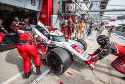 #8 Audi Sport Team Joest Audi R18 e-tron quattro: Lucas di Grassi, Loic Duval, Oliver Jarvis entra nos pits com danos