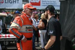 James Hinchcliffe beim Wiedersehen mit einem Mitglied des Holmatro-Sicherheitsteams