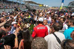 Público em volta de Mark Webber
