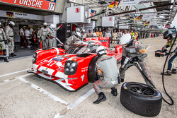 Parada de pits para #17 Porsche Team Porsche 919 Hybrid: Timo Bernhard, Mark Webber, Brendon Hartley