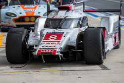 Trouble for the #8 Audi Sport Team Joest Audi R18 e-tron quattro: Lucas di Grassi, Loic Duval, Oliver Jarvis