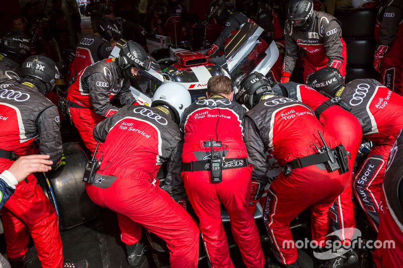 2015 год. Механики Audi Sport Team Joest у автомобиля Audi R18 e-tron quattro Лукаса ди Грасси, Лоика Дюваля и Оливера Джарвиса