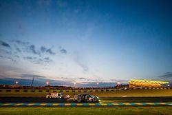 #77 Dempsey Proton Competition Porsche 911 RSR: Patrick Dempsey, Patrick Long, Marco Seefried y #12