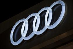 Logo Audi illuminato di notte