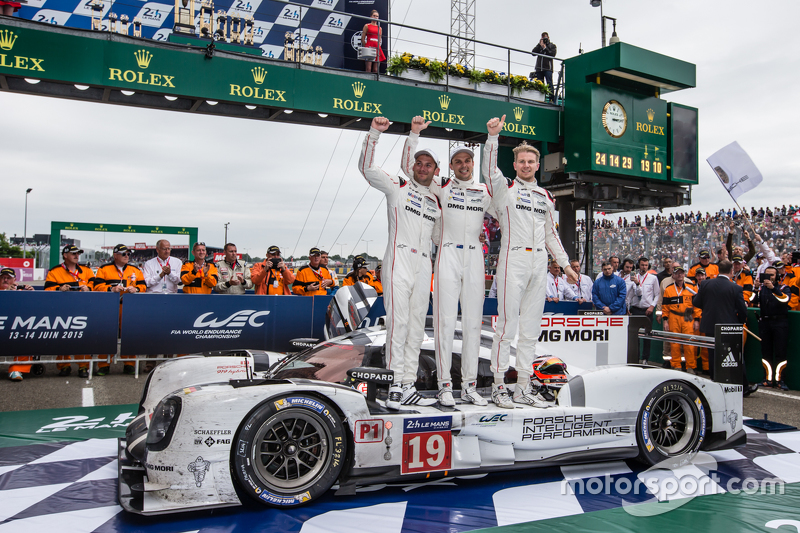 Parc fermé: race winners #19 Porsche Team Porsche 919 Hybrid: Nico Hulkenberg, Nick Tandy, Earl Bamber merayakan