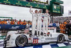 Parc fermé: Los ganadores #19 Porsche Team Porsche 919 Hybrid: Nico Hulkenberg, Nick Tandy, Earl Ba