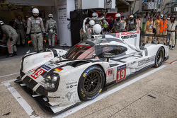 Splash and dash for the #19 Porsche Team Porsche 919 Hybrid: Nico Hulkenberg, Nick Tandy, Earl Bamber