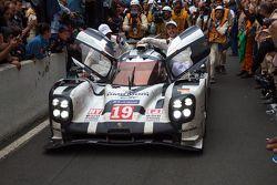 Ganador de Le Mans 2015 #19 Porsche Team Porsche 919 Hybrid: Nico Hulkenberg, Nick Tandy, Earl Bambe