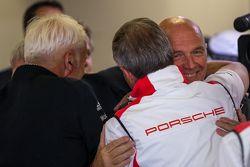 Dr. Wolfgang Ullrich de Audi Sport Team Joest felicita a los jefes de los equipos Porsche después de