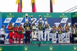 Подиум класса LMP1: победители в классе и общем зачете - Porsche Team: Нико Хюлькенберг, Ник Тэнди,