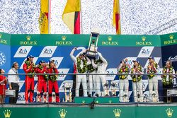 LMP1 podium: Ganadores Porsche Team: Nico Hulkenberg, Nick Tandy, Earl Bamber, segundo lugar, Porsch