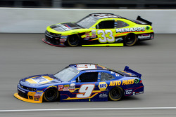 Chase Elliott, JR Motorsports Chevrolet ve Paul Menard, Richard Childress Racing Chevrolet