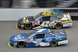 Regan Smith, JR Motorsports Chevrolet en Kyle Larson, HScott Motorsports Chevrolet