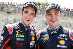 Tercer lugar, Thierry Neuville y segundo lugar Hayden Paddon