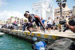 Il terzo classificato Thierry Neuville si tuffa in mare