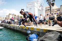 Derde plaats Thierry Neuville springt in de haven