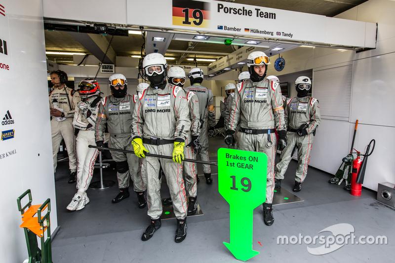Porsche Team, bereit für einen Boxenstopp