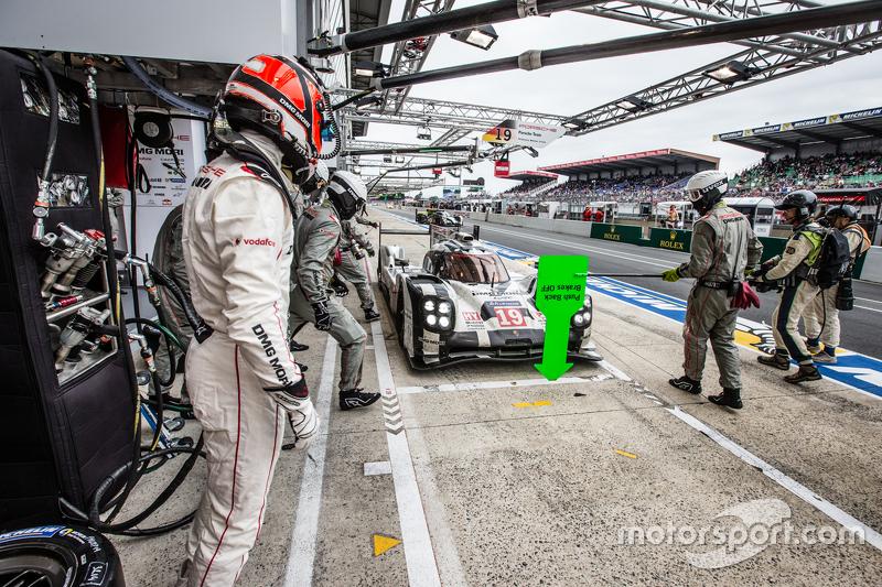 Pit stop untuk #19 Porsche Team Porsche 919 Hybrid: Nico Hulkenberg, Nick Tandy, Earl Bamber