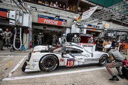 Пит-стоп для машины #19 Porsche Team Porsche 919 Hybrid: Нико Хюлькенберг, Ник Тэнди, Эрл Бамбер