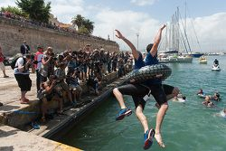 Члены команды Volkswagen Motorsport прыгают с пирса