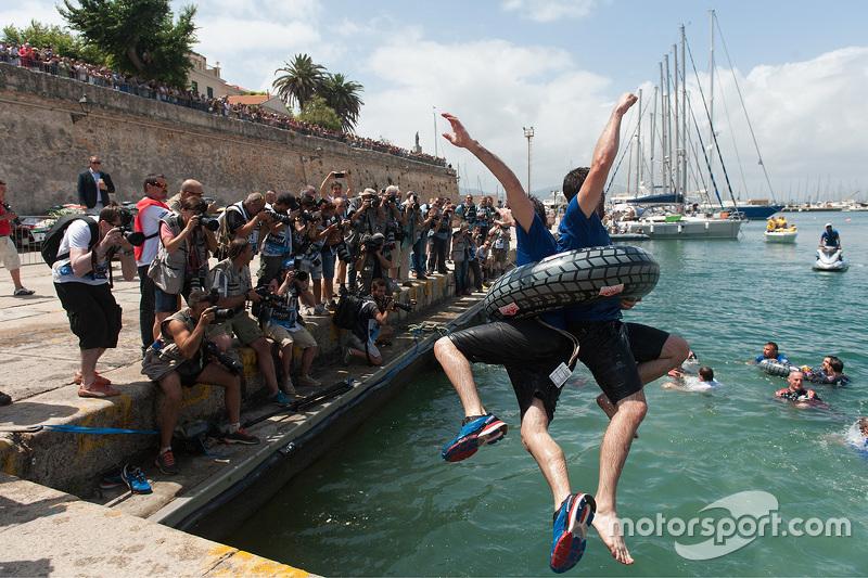 Volkswagen teamleden vieren feest door in de haven te springen