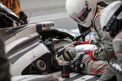 #19 Porsche Team Porsche 919 Hybrid: Nico Hulkenberg, Nick Tandy, Earl Bamber refueling