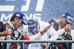 Pódio da LMGT Am: celebração com champanhe