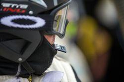 Membro da equipe Corvette Racing se prepara para trocar gravador de dados