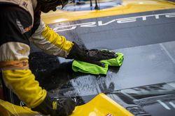 Membro da equipe Corvette Racing limpa o para-brisa do carro no final da corrida