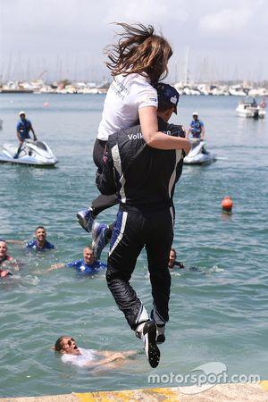 Miembros del equipo Volkswagen Motorsport saltan a la marina