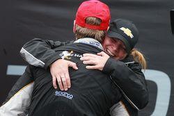 Yarış galibi Josef Newgarden, CFH Racing Chevrolet, Sarah Fisher'la kutlama yapıyor
