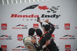 Podium : le vainqueur Josef Newgarden, CFH Racing Chevrolet, le deuxième, Luca Filippi, CFH Racing Chevrolet et le troisième, Helio Castroneves, Team Penske Chevrolet prennent un selfie