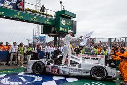 Parc fermé: vencedores #19 Porsche Team Porsche 919 Hybrid: Nico Hulkenberg, Nick Tandy, Earl Bamber celebram