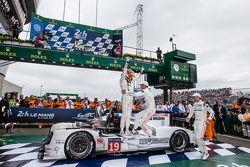 Parc fermé: los ganadores, #19 Porsche Team Porsche 919 Hybrid: Nico Hulkenberg, Nick Tandy, Earl Ba