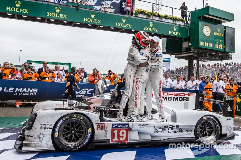 Parc fermé: los ganadores, #19 Porsche Team Porsche 919 Hybrid: Nico Hulkenberg, Nick Tandy, Earl Bamber, celebran