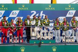 LMP1 pódio: vencedores Porsche Team: Nico Hulkenberg, Nick Tandy, Earl Bamber, segundo lugar Porsche