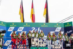 LMP1 podium: ganadores Porsche Team: Nico Hulkenberg, Nick Tandy, Earl Bamber, segundo lugar Porsche