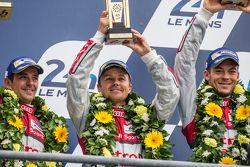 LMP1 pódio: vencedores Porsche Team: terceiro lugar Audi Sport Team Joest Audi R18 e-tron quattro: Marcel Fässler, Andre Lotterer, Benoit Tréluyer