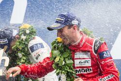 LMP1 pódio: champanhe para Timo Bernhard